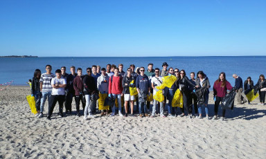 Etudiants du Bachelor Business de La Rochelle Business School au World Clean Up Day